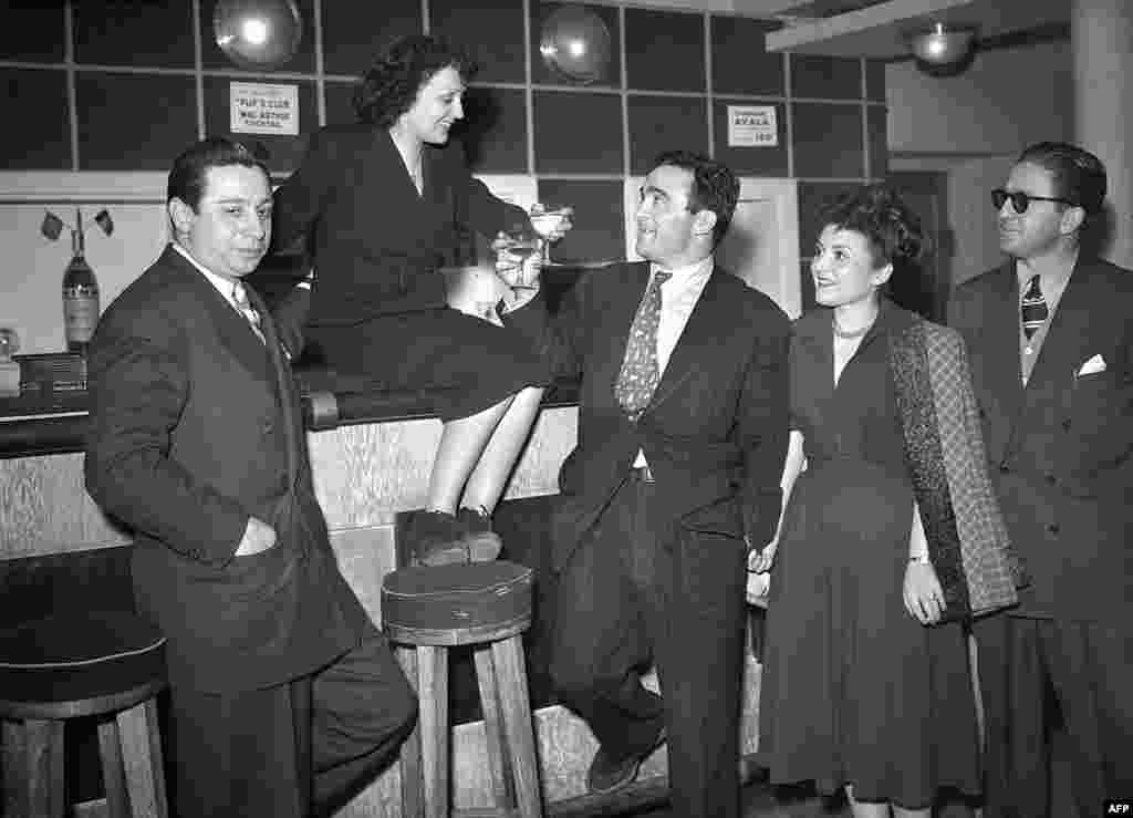 Но некоторые спорные факты ее биографии – правда. Во время Второй мировой войны Пиаф помогала пленным французам и евреям подделывать документы, и некоторым с ее помощью удалось бежать. Правда – и то, что большую часть жизни она провела в борьбе с зависимостью от алкоголя и наркотиков