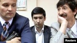 Руслан Шамсуаров в окружении адвокатов