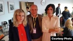 Петр Патрушев переводит для Надежды Толоконниковой и Марии Алехиной из Pussy Riot