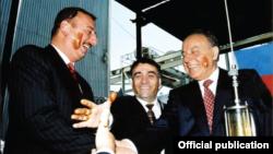 Гейдар Алиев, Ильхам Алиев и руководители SOCAR празднуют новый нефтяной контракт (Алиевы - со следами нефти на щеках)