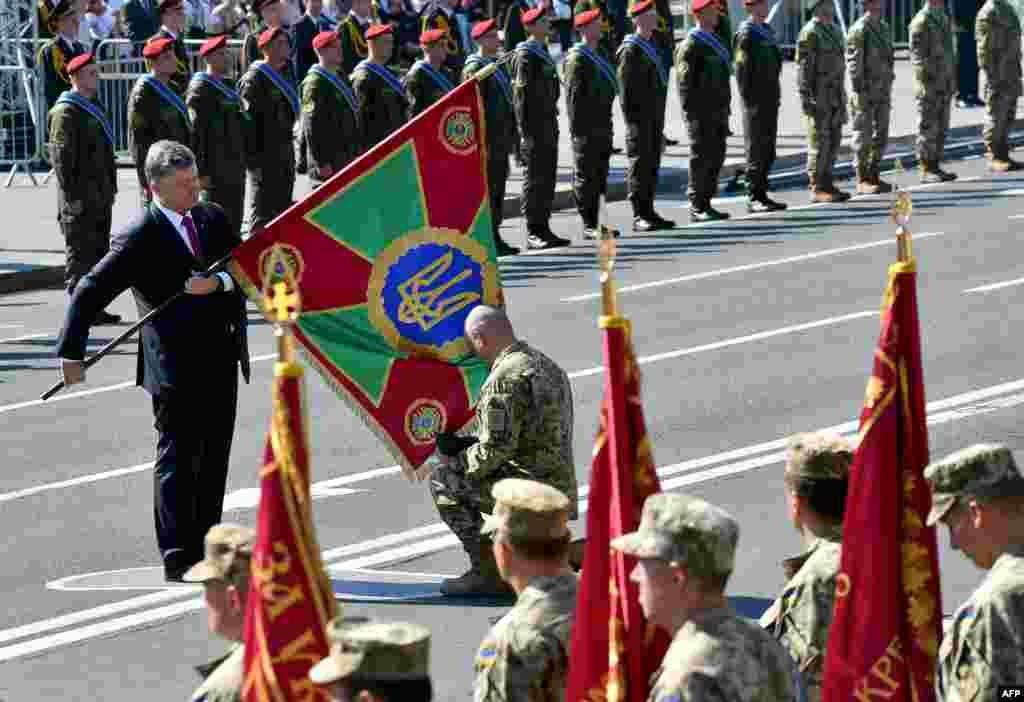 На параде присутствовал президент Петр Порошенко. Перед ним он вместе с другими политиками помолились за мир в Украине в Софийском соборе
