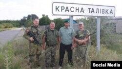 Сторонники сепаратистов, сфотографировавшие себя вблизи пункта пропуска Красная Таловка, фото 2015.livejournal.com от 6 августа 2014 года