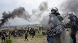 Слухи в соцсетях спровоцировали беспорядки в лагерях мигрантов в Греции: как это было