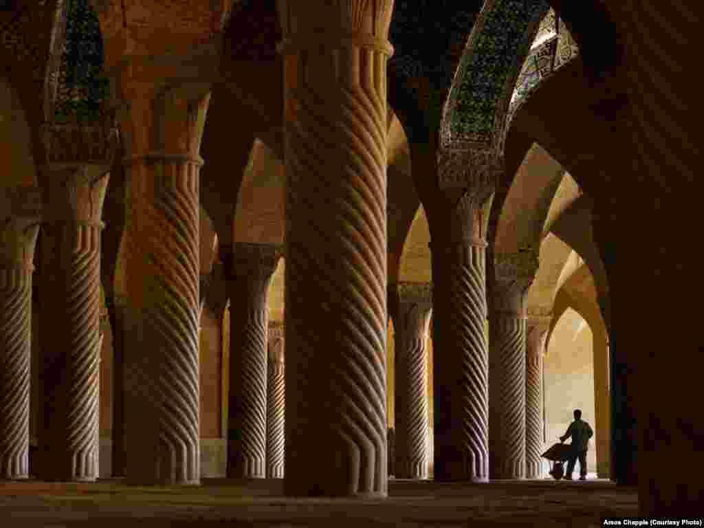 Несмотря на то, что туристический поток в Иран увеличивается, один гид рассказал фотографу, что люди с Запада все еще боятся жесткой политики властей. На фото – мечеть Вакиль в иранском городе Шираз