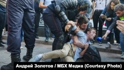 A young man detained during an unauthorized election protest in Moscow on August 3 maintained that he had no connection with the demonstration.