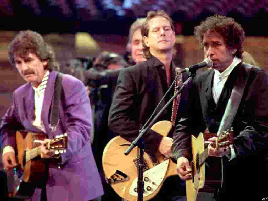 Октябрь 1992 года. Дилан, Джордж Харрисон, Джонни Кэш и Роджер Макгинн на праздновании 30-й годовщины дебютного альбома Дилана.