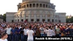 Протесты в Ереване перед зданием Администрации президента против повышения цен на электроэнергию, 24 июня 2015 года