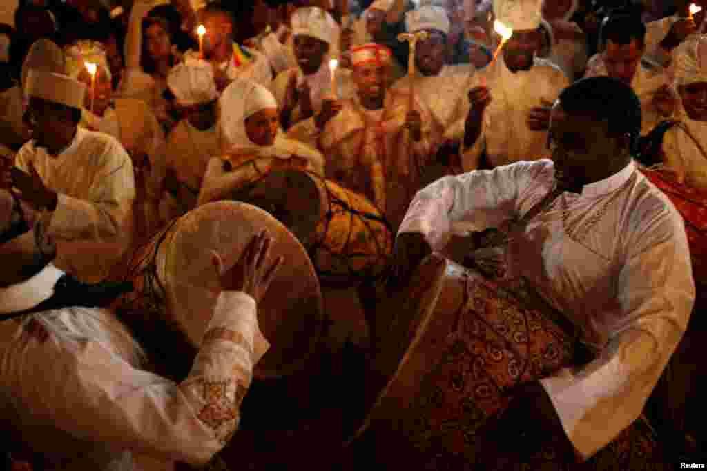 На фото – эфиопские православные танцуют во время церемонии зажжения Благодатного огня в Иерусалиме Эфиопская православная церковь – одна из древнейших христианских церквей в мире. Согласно Новому Завету, христианство в Эфиопию пришло в первом веке с апостолом Филиппом
