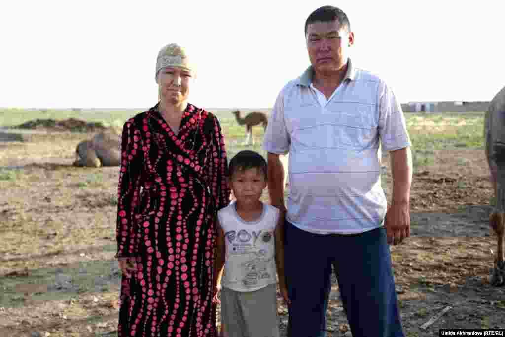 Замира, доярка верблюдиц, согласилась сфотографироваться вместе с семьей. Казахи, занимающиеся разведением верблюдов, неохотно делятся с приезжими особенностями своего промысла.
