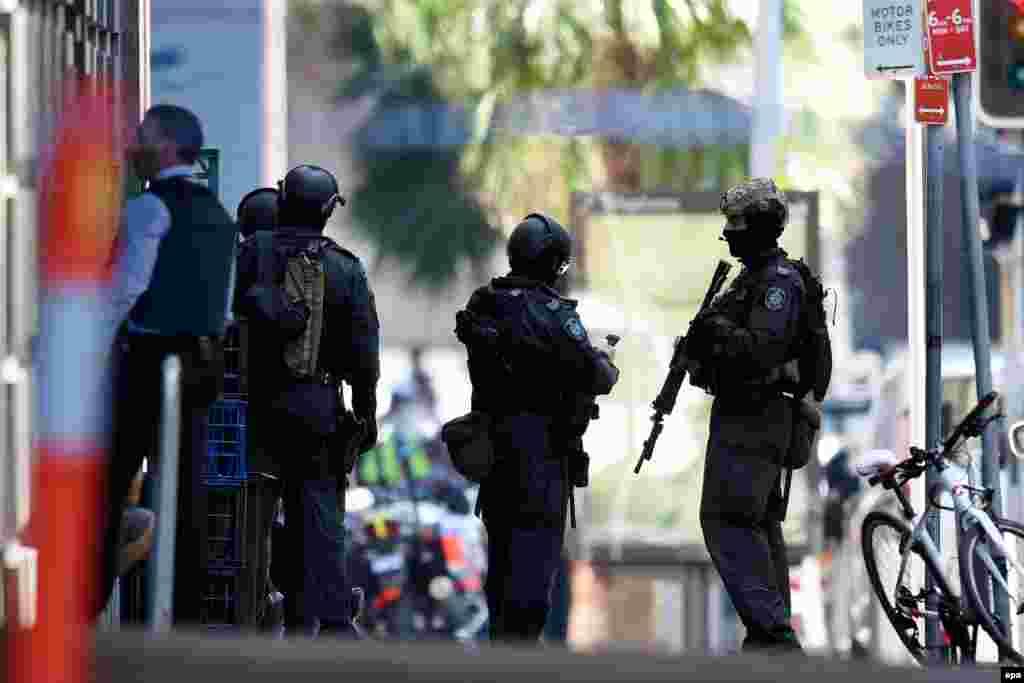 Спецназ рядом с захваченным и впоследствии освобожденным кафе