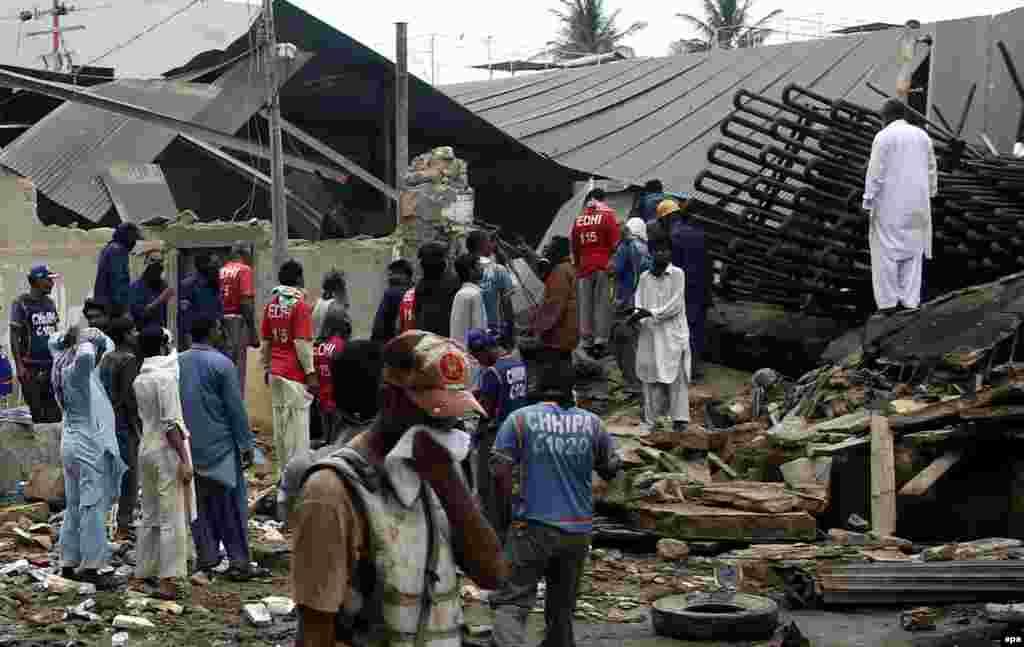 Спасатели на месте взрыва у фабрики в Карачи, Пакистан, 4 июля (epa/Rehan Khan)