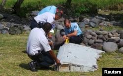 """Остров Реюньон лежит примерно в 6000 км к западу от района поисков бесследно исчезнувшего """"Боинга"""" малайзийской авиакомпании, выполнявшего рейс MH370"""