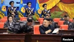 Ким Чен Ын с генералом Ри Пхень Чолом
