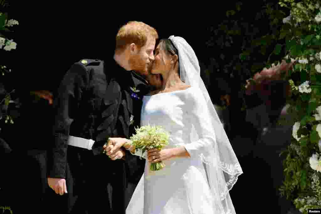 Дизайнер платья невесты – Клэр Уэйт Келлер, которая стала первой женщиной-художественным директором дома Givenchy. Его стоимость – около в $500 тысяч
