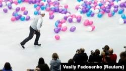 Президент Беларуси Александр Лукашенко катается на коньках после финального гала-представления на Чемпионате Европы по фигурному катанию, Минск, Беларусь, 27 января 2019 года