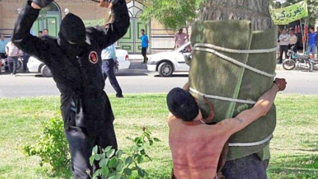 В Иране публично выпороли мужчину: он выпил спиртное 10 лет назад