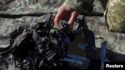 Украинские солдаты демонстрируют остатки сбитого российского дрона, фото Reuters