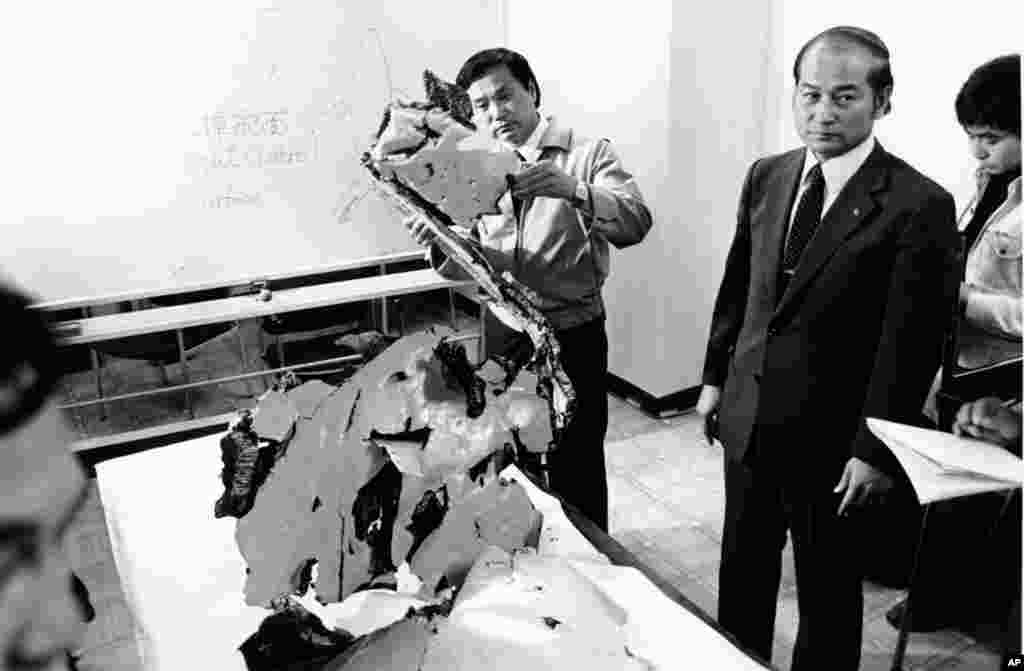 """В сентябре 1983 года пассажирский самолет авиакомпании Korean Airlines, летевший из США в Сеул, сбился с курса и залетел в воздушное пространство СССР. Опасаясь того, что это может быть американский самолет-шпион, советское командование приказало поднять в воздух истребители. После предупредительных выстрелов советский истребитель-перехватчик Су-15 сбил самолет ракетой. Его обломки упали в море. Все 269 пассажиров и члены экипажа """"Боинга-747"""" погибли. На фото – сотрудники южнокорейской прокуратуры изучают обломки сбитого авиалайнера"""