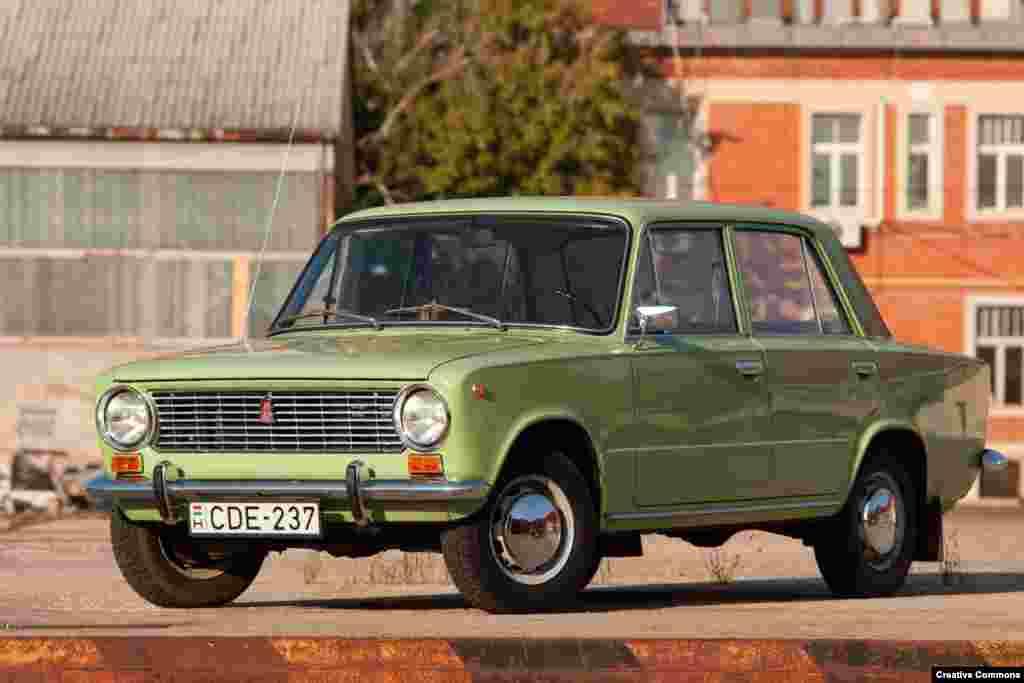 """Fiat заключил сделку с советским правительством о создании завода в Тольятти, названном в 1964 году в честь итальянского коммуниста Пальмиро Тольятти. """"Жигули"""" (экспортное название Lada) были смоделированы по образу и подобию Fiat, но с более толстой сталью и более высоким подъемом для российских дорог. Знаменитый автомобиль выпускался почти 18 лет, а Тольятти – дом АвтоВАЗа, крупнейшего автопроизводителя страны, который контролирует французская Groupe-Renault, – остается центром автомобильного производства в России и сегодня"""