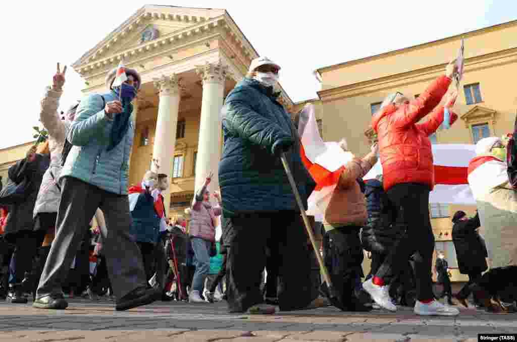 Участники марша проходят возле здания КГБ