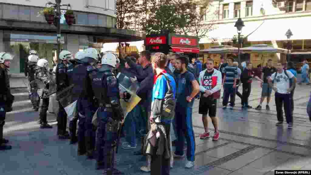 Полиция остановила участников демонстрации, чтобы они не напали на участников гей-парада