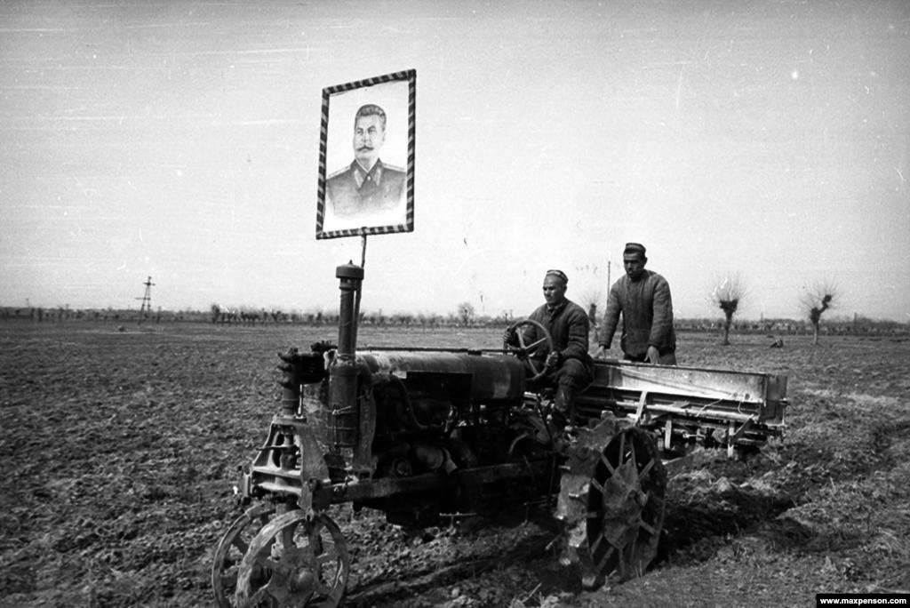 """Портрет Сталина в колхозе. В 1948 году, когда усилились антиеврейские чистки, Пенсона уволили из """"Правды Востока"""""""