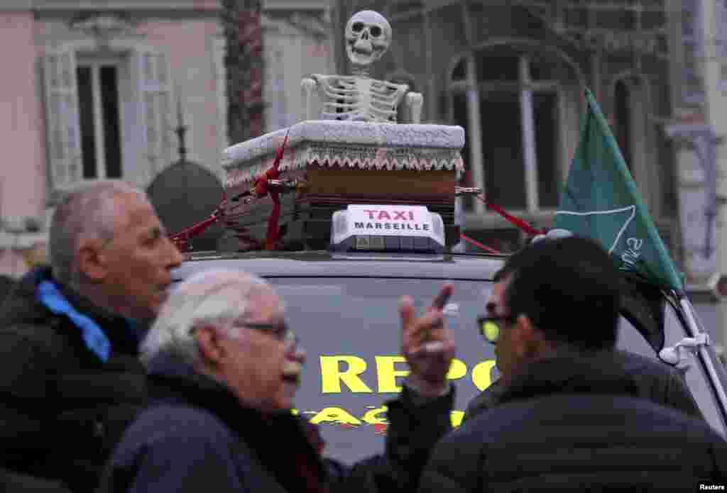 В Марселе таксисты привезли на крыше гроб со скелетом внутри: он символизирует смерть официального такси во Франции