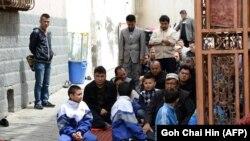 Жители города Урумчи в мечети на пятничной молитве. Синьцзян-Уйгурский автономный регион, Китай