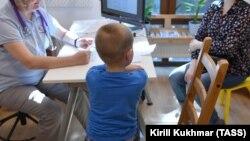 """Мальчик с мамой на приеме у доктора в детском хосписе """"Радуга"""". Фото иллюстративное"""