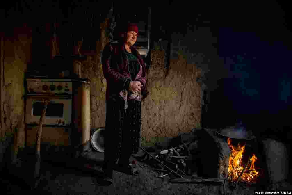 Родители отказываются в это верить: медицинские справки и записи в медкарте Умарали утверждают, что он был здоров. По словам отца, на лице ребенка были синяки и следы крови. Он предположил, что Умарали могли уронить в полиции На фото – Мать Зарины готовит плов для гостей
