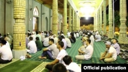 """Прихожане мечети """"Фатх"""" в Ташкенте слушают проповедь имама, 30 июля 2014"""