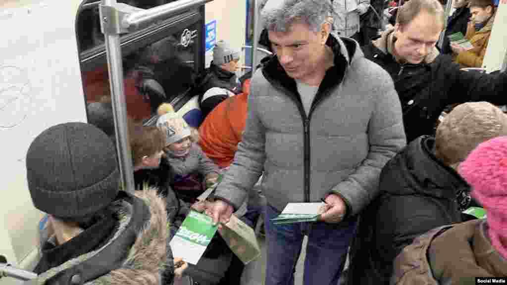 """Немцов раздаёт листовки оппозиционного марша """"Весна"""" в Московском метро. Февраль 2015"""