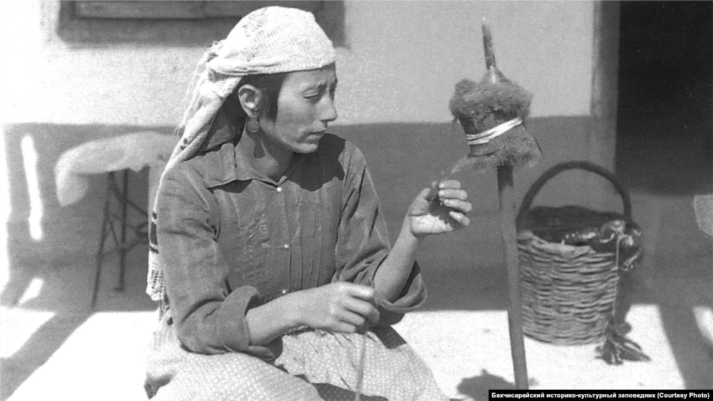 Прядильщица, 1920-е Женщины часто одевались в широкие и длинные, ниже колен, рубашки, длинные платья с широкими рукавами, а также цветные шаровары. Верхнюю одежду составлял плотно обтягивающий кафтан с узкими рукавами. Поверх кафтана носили короткую шубу. При выходе из дома надевалась накидка