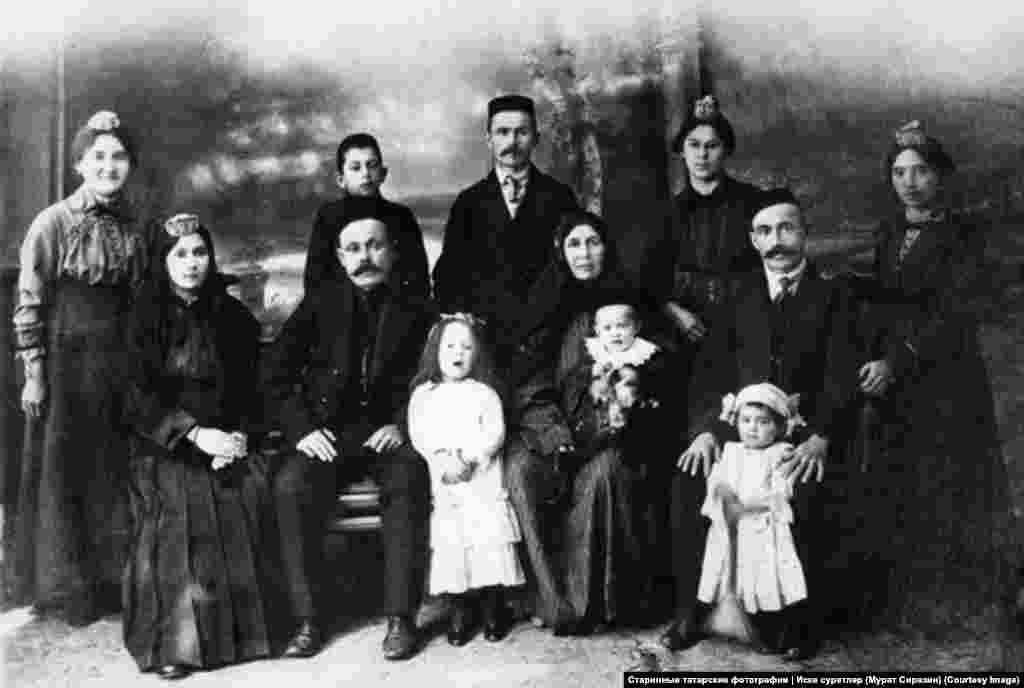 Уркутдин Сиразин (стоит в центре) и его родственники. Уркутдин был родом из семьи купцов, которая уехала в Томск из Мамадышского уезда (рядом с Казанью), когда там началось насильственное крещение татар. Фотография Мурата Сиразина. 1916 год