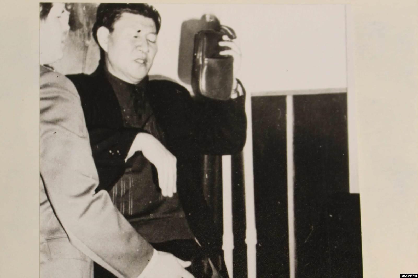 Снимки Хен Кым Сера после задержания. На фото: изъятый автомат и удостоверение помощника военного атташе посольства КНДР