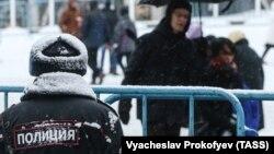 Сотрудник правоохранительных органов на одной из улиц Москвы