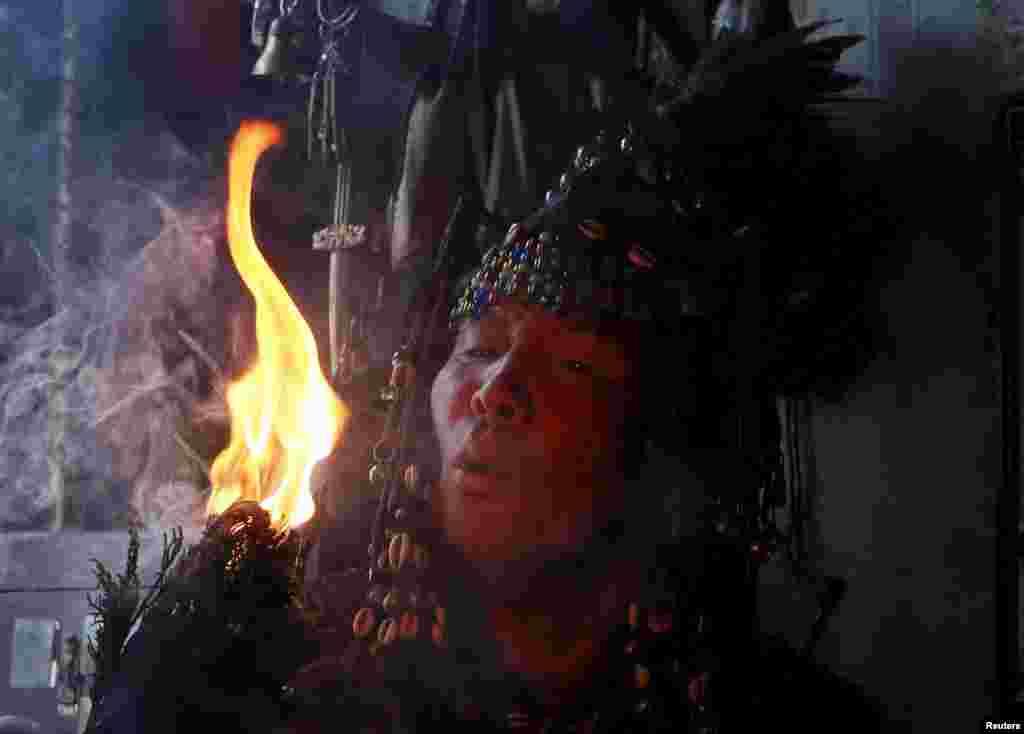 Входя в транс, шаманы отправляются путешествовать в иные измерения: нижний мир (мир духов), верхний мир (мир богов), средний мир (мир земных духов)