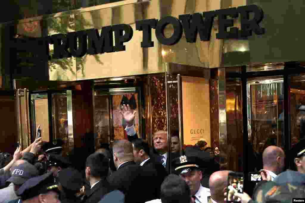 Трамп машет своим сторонникам, которые собрались у Башни Трампа на Манхэттене 8 октября 2016 года, за месяц до победы на выборах