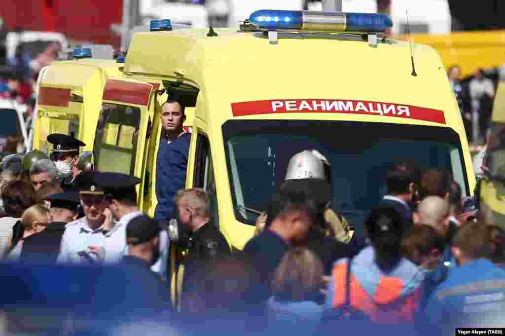 Сотрудники скорой помощи и полиции у школы № 175