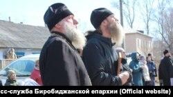 Отец Андрей Винарский (справа)