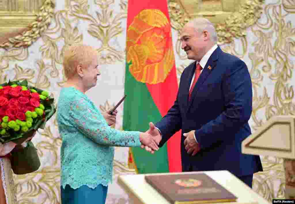 Глава Центризбиркома Лидия Ермошина поздравляет Лукашенко