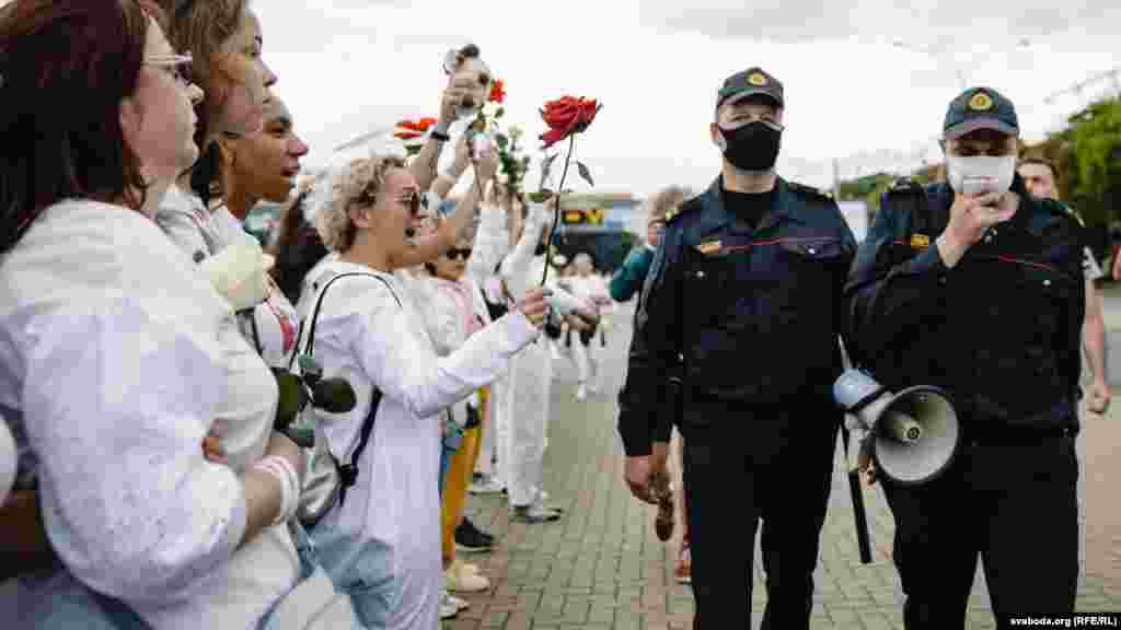 Около 250 женщин вышли к Коморовскому рынку в Минске, протестуя против жестокости силовиков. Милиция просила их разойтись. После этого по всей Беларуси на акции протеста стали выходить женщины с цветами. 12 августа, Минск.