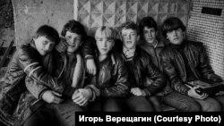 """""""У подъезда"""". Братск. 1980-е гг."""