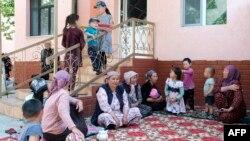 Эвакуированные кыргызстанцы в Баткене, 30 апреля 2020 года. Фото: AFP