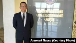 Алексей Пацко у здания суда в Бресте