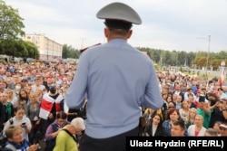 Участковый милиционер выступает на митинге. 20 августа