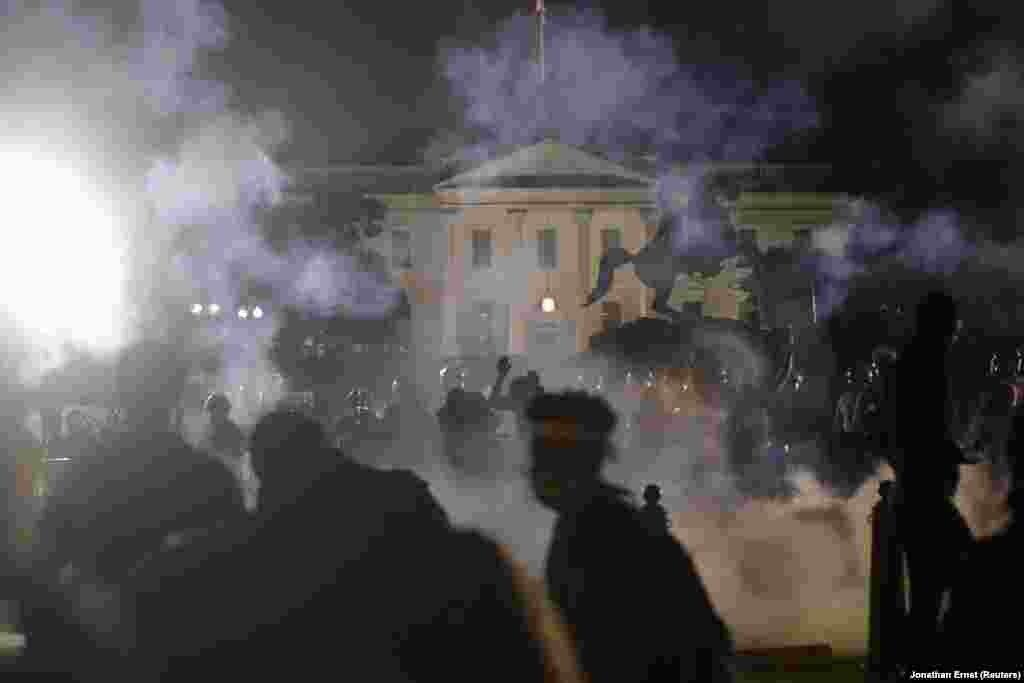В Вашингтоне несколько тысяч протестующих окружили Белый дом. Президента Дональда Трампа в то время в нем не было: он во Флориде наблюдал за запуском космического корабля Dragon. Полиция в Вашингтоне применила слезоточивый газ и светошумовые гранаты, чтобы отогнать толпу от резиденции президента США