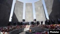 Армянские политики возлагают цветы у мемориала, посвященного трагедии 1915 года, в Ереване
