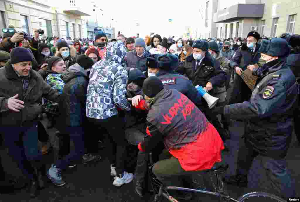 Protesters scuffle with police in Vladivostok. As of 1:30 p.m., Moscow time, law enforcement had detained 35 people in the city, according to non-governmental law-enforcement watchdog OVD-Info.