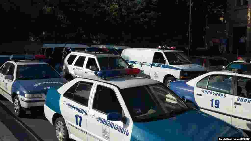 Полицейские выстроили кордоны и стянули водометы внескольких сотнях метров отздания администрации